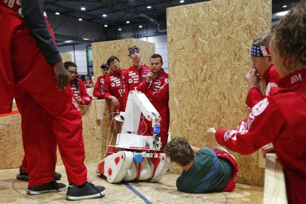 Teilnehmer der Liga Rescue Robot sprechen sich ab. Foto: Leipziger Messe / Stefan Hoyer