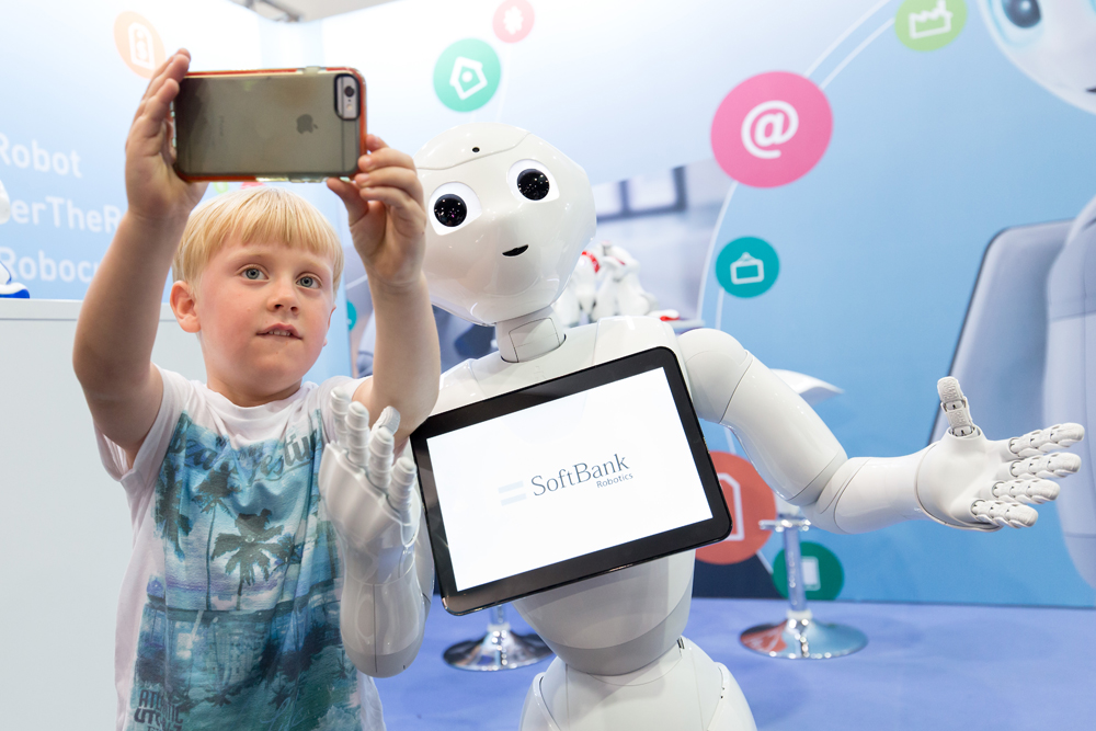 Pepper von SoftBank Robotics begeistert große und kleine Besucher. Foto: Leipziger Messe / Tom Schulze