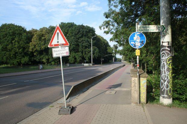Am Schleußiger Weg laden zwei Bedarfsampeln zum Queren der Straße ein - die zweite am Nonnenweg ist die richtige. Foto: Ralf Julke