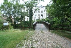 Zufahrt zum Schloss Lützschena. Foto: Ralf Julke