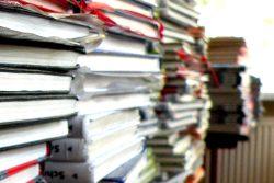Echte Arbeitsmaterialien: gestapelte Schulbücher. Foto: Marko Hofmann