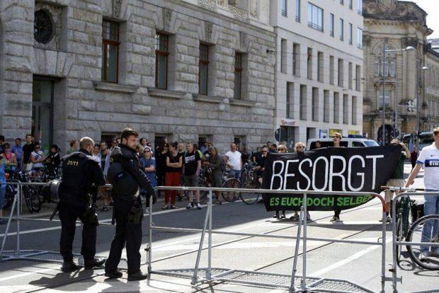 So nah wie selten - einige Gegendemonstranten mit dem Slogan Besorgt es Euch doch selber. Foto: L-IZ.de