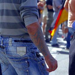 Übersteigt ein bisschen die Fantasie: Mit SS-Tätowierung bei Legida gegen Gewalt demonstrieren. Foto: L-IZ.de