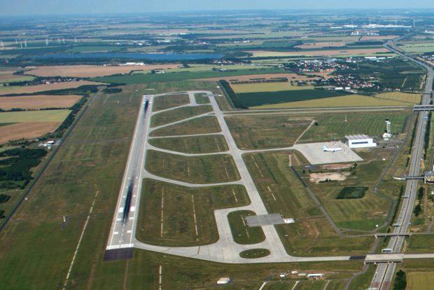 Blick über die Nordstartbahn zum Schladitzer See. Der Werbeliner See liegt links davon außerhalb des Bildausschnitts. Foto: Flughafen Leipzig / Halle