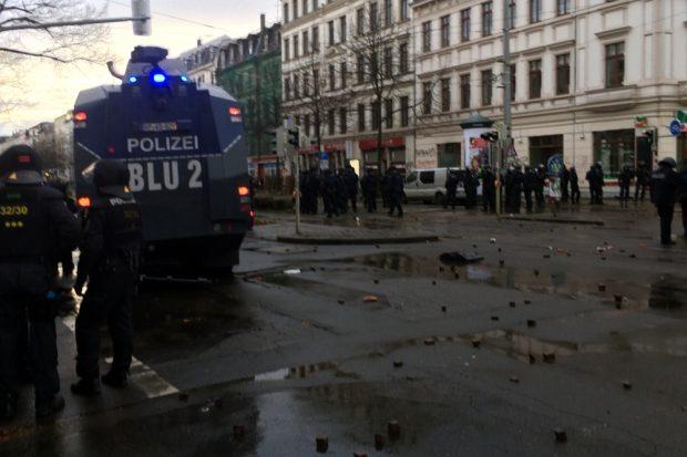 Unzählige Steinwürfe auf Polizeibeamte und Konfrontationen auf der Karl-Liebknechtstraße. Foto: L-IZ.de