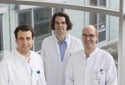 Oberarzt Dr. Michael Moche (links), Leiter des Arbeitsbereichs Interventionelle Radiologie, führt zusammen mit den Fachärzten Tim-Ole Petersen (Mitte) und Jochen Fuchs (rechts) die Chemosaturation durch. Foto: Stefan Straube / UKL