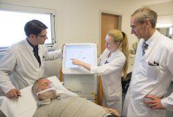 Prof. Daniel Seehofer, Victoria Kegel, Ärztin in Weiterbildung, und Prof. Thomas Berg (von links) besprechen die Werte eines LiMAx-Patienten. Foto: Stefan Straube / UKL