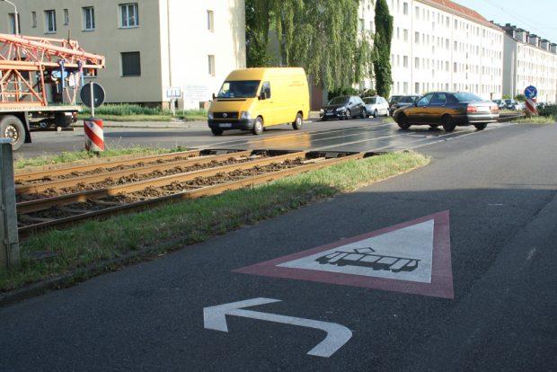 Warnsignet auf dem Asphalt der Virchowstraße. Foto: Ralf Julke