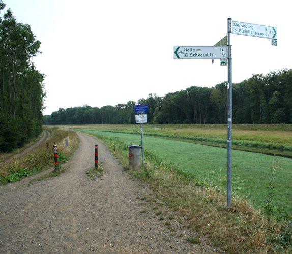 Wegweiser an der Gundorfer Linie: Hier geht es jetzt auf den Luppedeich. Foto: Ralf Julke