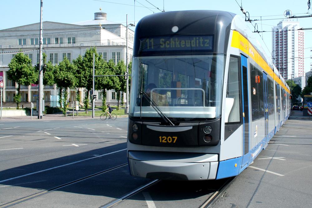 XXL-Straßenbahn am Augustusplatz. Foto: Ralf Julke