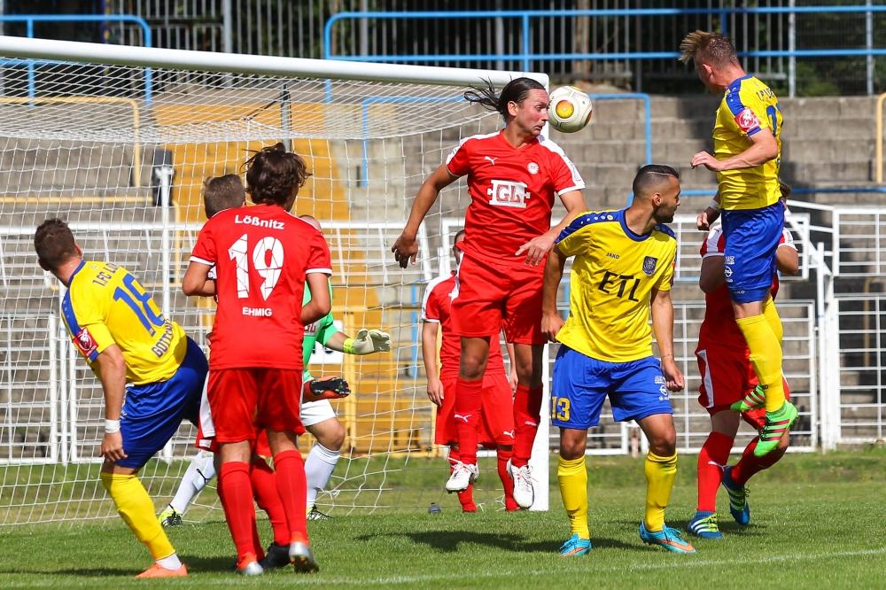 Robert Zickert (re.) köpft zum 2:0 für Lok ein. Am Ende klingelte es sechsmal im Tor des FC Lößnitz. Foto: Jan Kaefer