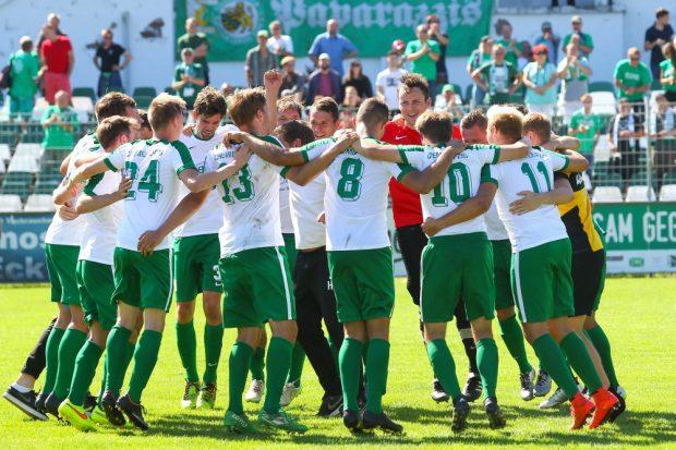 Erstes Oberliga-Spiel, erster Sieg. Die Leutzscher feiern ihren vedienten Erfolg. Foto: Jan Kaefer
