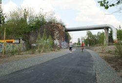 An der Anger-Crottendorfer Bahnschneise würde man auf den Parkbogen-Ost kommen. Foto: Ralf Julke