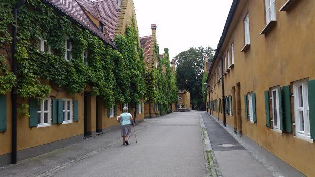 Die Fuggerei scheint nur arm an Menschen zu sein. Täglich ziehen hier zahlreiche Touristen durch. Foto: M. Hofmann
