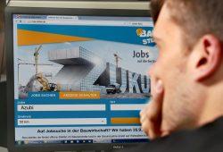 Heute klicken – und morgen vielleicht schon Bau-Azubi: Bei Online-Jobbörsen gibt es noch Ausbildungsplätze auf dem Bau: www.jobboerse.arbeitsagentur.de oder www.bau-stellen.de. Foto: IG BAU