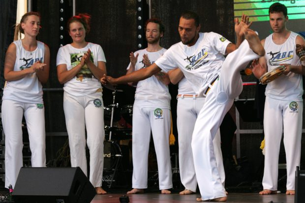 Andarilho é Bamba na Capoeira zeigten den Nationalsport auf der Bühne am Markt Foto: Sebastian Beyer