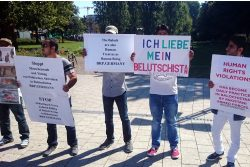 Demonstranten aus Belutschistan auf dem Willy-Brandt-Platz vor dem Hauptbahnhof Leipzig. Foto: Jonas Nayda