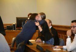 Die angeklagte Mutter und Tochter fallen sich bei Prozessbeginn unter Tränen in die Arme. Foto: Alexander Böhm