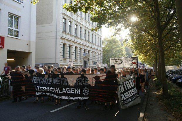 Die Demonstration schwillt beim Gang durch Connewitz auf rund 1.000 Teilnehmer an. Foto: L-IZ.de