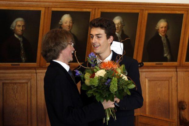 Louis Weise übermittelte für die Thomaner die herzlichsten Glückwünsche. Foto: Alexander Böhm