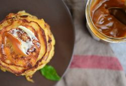 Bananenpancakes mit Salzbutter und Karamellcreme. Foto: Maike Klose