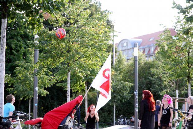 Entspanntes auch am Rande - eine Runde Bälle in die Bäume werfen. Foto: L-IZ.de