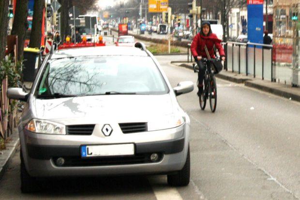 Falschparker am Südplatz. Foto: Ralf Julke