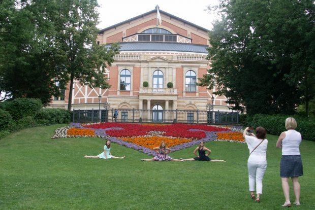 Festspielhaus mit Nachwuchs für Bühne und Zuschauerraum als Models am Blumenbeet. Foto: Karsten Pietsch