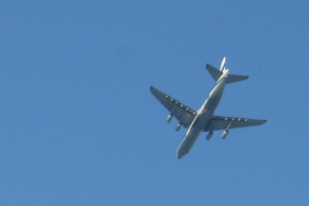Flugzeug beim Flug übers Leipziger Stadtgebiet. Foto: Ralf Julke