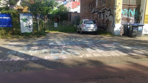 """""""Gentrifizierung ist das Produkt unseres Versagens"""" steht auf dem Fußweg in der Karl-Heine-Straße. Foto: M. Hofmann"""