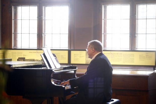 Geschäftsführer des Thomanerchors Stefan Altner begleitete am Klavier. Foto: Alexander Böhm