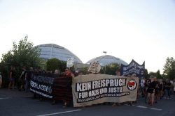 Nur zögerlich geben die IFC-Gegner den Platz vor der Arena frei. Foto: L-IZ.de