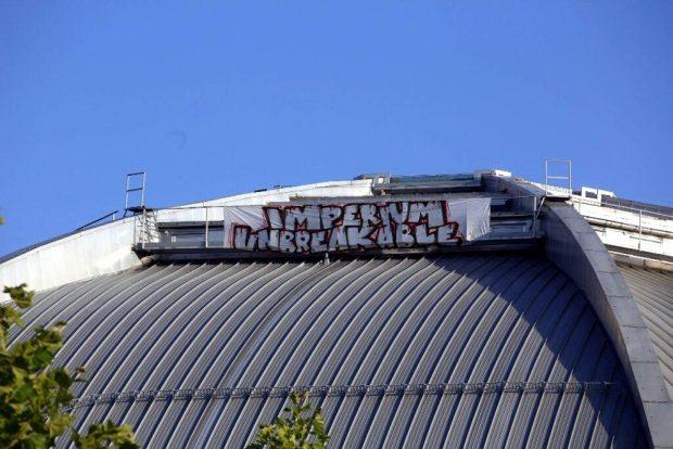 Imperium-Banner auf dem Dach und ein gebrochenes Versprechen des Kohlrabizirkus-Betreibers. Foto: L-IZ.de