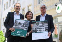 Volker Bremer, Marit Schulz und Dr. Volker Rodekamp mit dem neuen Leipzig-Kalender. Foto: Ralf Julke