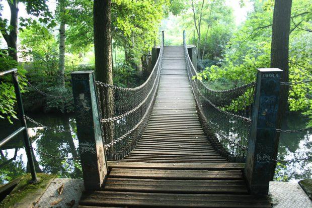 Kettenbrücke am Hinteren Rosentalteich. Foto: Ralf Julke