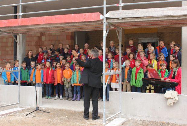 Der Chor der Grundschule singt zu Richtfest für das neue Schulgebäude. Foto: forum thomanum Leipzig
