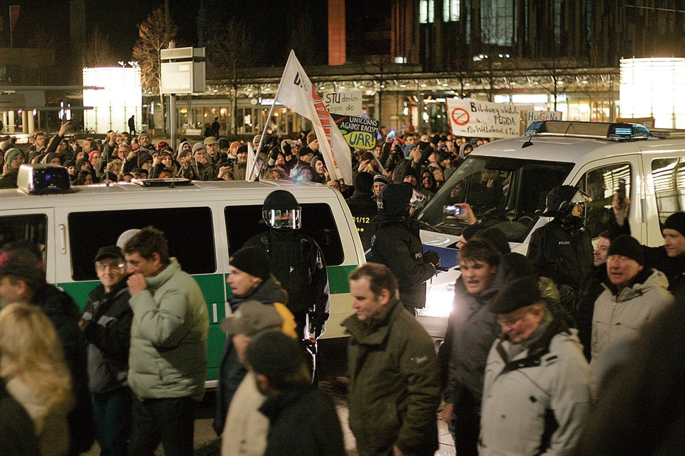 Legida-Aufmarsch am 2. März 2015 auf dem Augustusplatz und die Gegenproteste. Foto: Sebastian Beyer