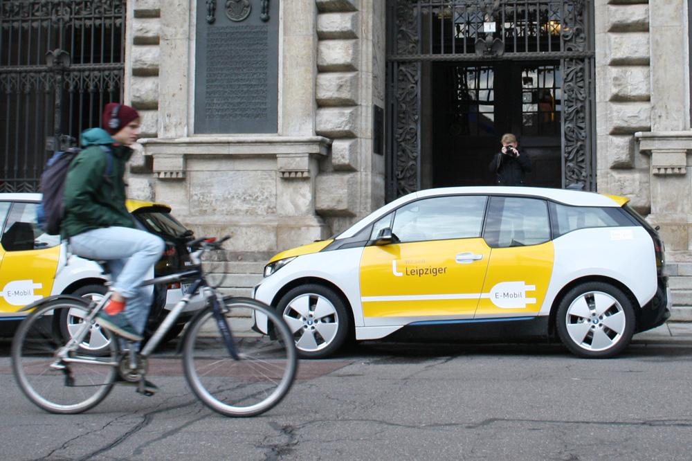 E-Autos der L-Gruppe vorm Eingang des Neuen Rathauses. Foto: Ralf Julke