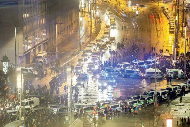 Luftaufnahme vom Polizeieinsatz. Links Legida, auf der rechten Seite der Gegenprotest. Foto: Marcel Sarközi