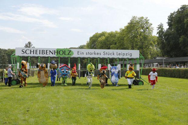 Elf Leipziger Maskottchen sprinteten über das Geläuf. Den Titel holte Jolinchen von der AOK PLUS. Foto: Scheibenholz GmbH