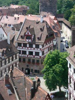Das Albrecht-Dürer-Haus in Nürnberg samt mittelalterlichem Vorplatz. Foto: M. Hofmann