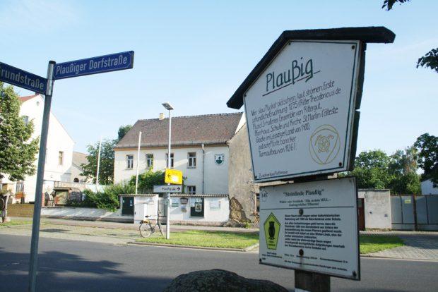 Die Heimstadt des Zweckverbands Parthenaue und ein Schild zur Geschichte von Plaußig. Foto: Ralf Julke