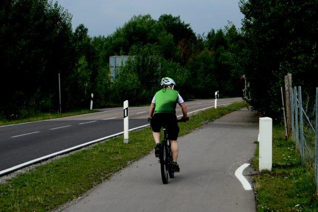 Wenn jetzt der Radweg auch noch leuchten würde ... Foto: Ralf Julke