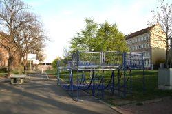 """2012 schon teilweise demontiert: Spielangebote vorm """"Anker"""". Foto: Ralf Julke"""