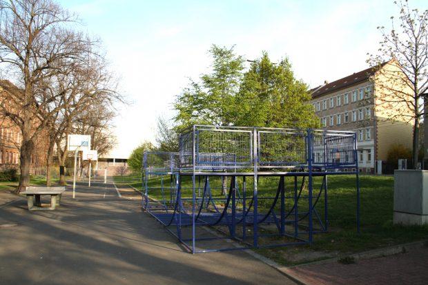 2012 schon teilweise demontiert: Spielangebote auf dem künftigen Renftplatz. Foto: Ralf Julke