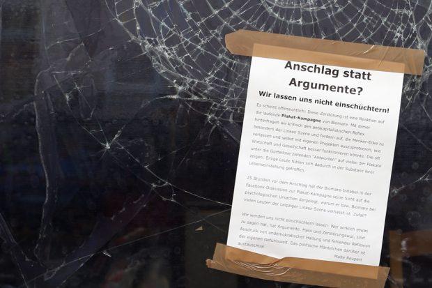 Zerstörte Scheiben als Diskussionsbeitrag. Foto: Alexander Böhm