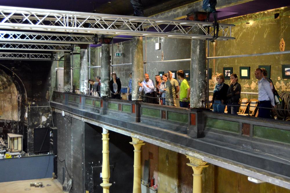 Aktionäre besichtigen die Bauarbeiten im großen Saal. Foto: Schaubühne, Thilo Mißler