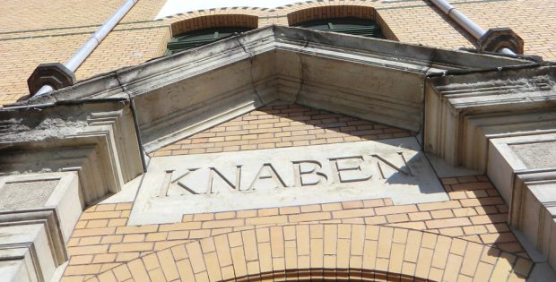 Zumindest am Schulgebäude hübsch getrennt. Foto: Marko Hofmann