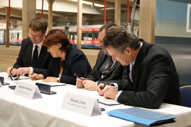 Unterschrift für die Bestellung der ersten Solaris-Straßenbahnen im März 2015. Foto: Ralf Julke