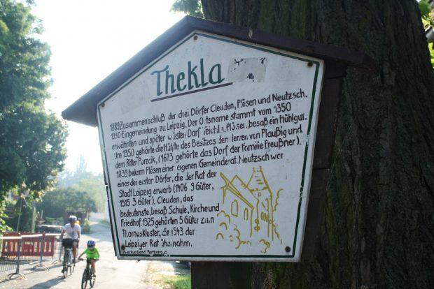 Ein Schild mit Geschichte an der Plösner Straße in Thekla. Foto: Ralf Julke
